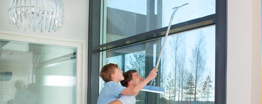 Isä ja poika pesevät ikkunoita SINI-jatkovarrella